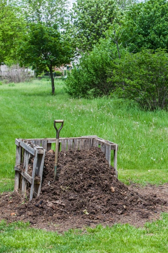 COMPOST-BIN-WITH-SHOVEL